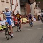 Zieleinlauf bei der LV Meisterschaft in Bundenthal mit Chris als Sieger (hier im Vereinstrikot des TV Oppenheim)