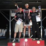Sven auf dem Sieger-Podest eingerahmt von 2 Levrier-Fahrern